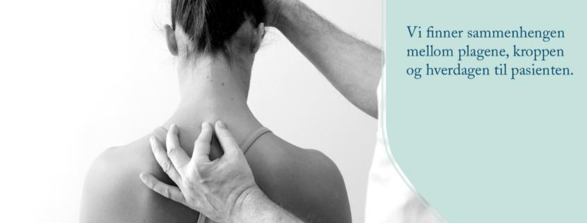 """Svarthvitt bilde av kvinne med bar rygg som får osteopatisk undersøkelse. Tekst på bilde """"Vi finner sammenhengen mellom plagene, kroppen og hverdagen til pasienten""""."""