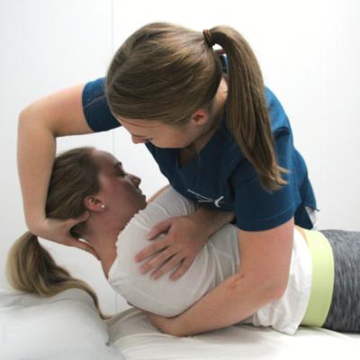 Osteopat Elisabeth på Akupunkturhuset gir behandling av midtre del av ryggen. ryggsmerter