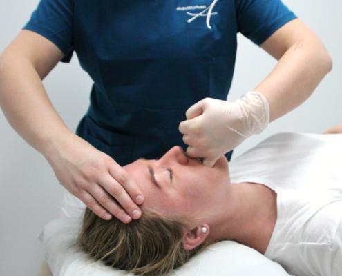 Osteopat Elisabeth behandler kjevesmerter ved interne teknikker i kjeven.